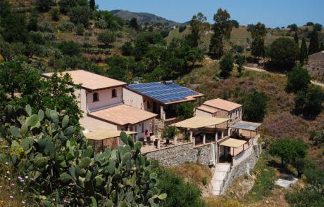 Particolare del tetto, pannelli solari e fotovoltaici