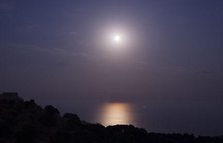 Panorama notturno con luna riflessa sullo Ionio